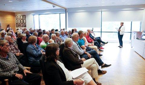 STOR INTERESSE: Det var stappfullt i kommunestyresalen da  ordfører Jorunn Skåden inviterte til folkemøte.