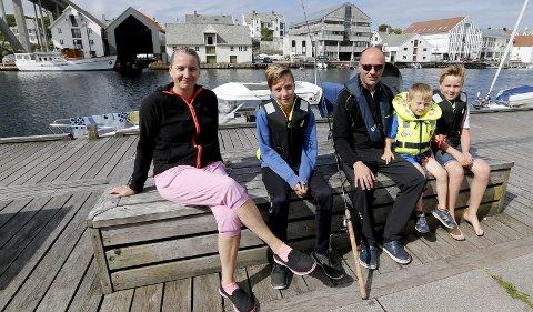 På båttur: Familien Lindboe fra Sola er på tur i nyinnkjøpt båt, Gry (f.v.), William (12), Henrik, Leon (4) og Axel (10). foto: alfred aase