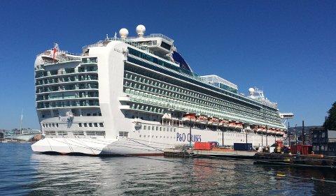 STØRST: Azura med 3.571 passasjerer besøker Haugesund 1. mai. Foto: Cruise.no