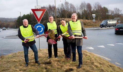 FERDIG: Før den nye rundkjøringen ble bygget i grøntområdet bak Ola S. Apeland (H), Arvid S. Vallestad (rådmann), Helge Thorheim (stortingsrepresentant Frp) og ordfører Sigmund Lier (Ap)