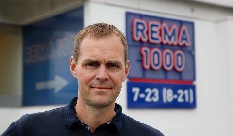 SKRYTER AV KUNDER OG ANSATTE: Kjøpmann Arvid Vestre ved Rema 1000 Solvangen lar seg imponere over hvor seriøst både kunder og ansatte tar den pågående situasjonen. – Vi har aldri vasket så mye som nå, sier han.