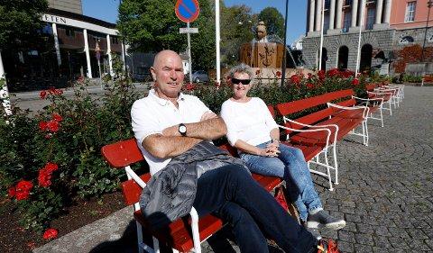 TOK EN PAUSE I FINVÆRET: Inger Synnøve og Tom Strømskag fra Odda har tatt turen til Haugesund for ærend og handletur. De tok en pause på Rådhusplassen i finværet.