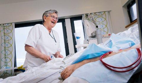 Målfrid Tornes (70) har vært sykepleier siden 1975 og har planer om å fortsette til hun er 72 år gammel.