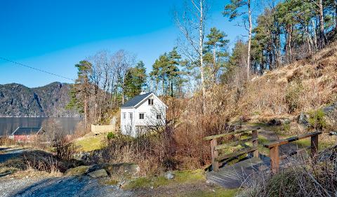 Mange vil se: Eiendommen i Vassendvik i Nedstrand har vakt interesse. Selv huset er fra 1949.