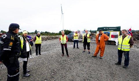 DEMONSTRERTE: Rundt 15 personer møtte opp for å protestere mot vindturbinene hos Gismarvik vindkraftverk.