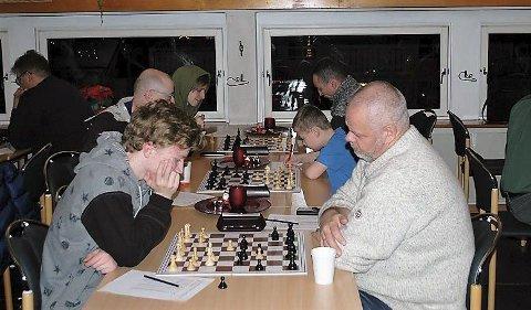 SPENNENDE: På åpningskvelden i klubbmesterskapet til Mosjøen sjakklubb ble det et spennende parti mellom Sondre Pedersen og Jan Nestvold.