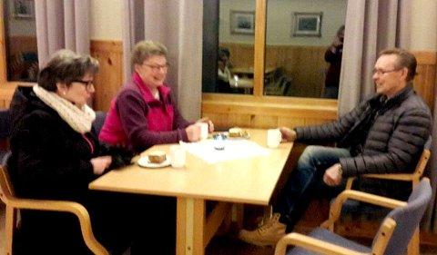 Torsdagskafe: Britt Herringbotn, Jorun Bratteng og Arnfinn Bratteng var fornøyde kafégjester