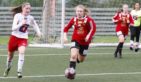 TAP I FJOR: Halsøy tapte 1-4 for Bossmo/Ytteren på hjemmebane i fjor høst. Trenerne tror Lotte Horsberg Kolsvik (t.v.) og de andre unge spillerne har tatt et steg fra i fjor.  Foto: Per Vikan