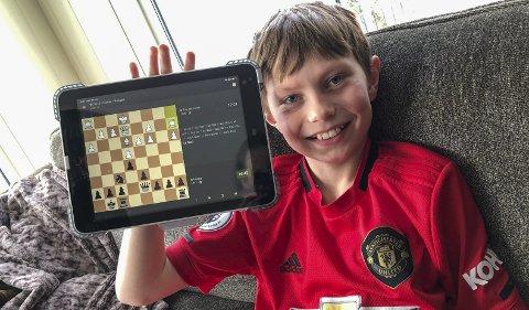 TURNERINGER: Heike Skipnes er superinteressert i sjakk, og det er mange å spille mot. Her er han med iPaden midt i et parti mot en spiller som kaller seg The Old Tower. Foto: Privat