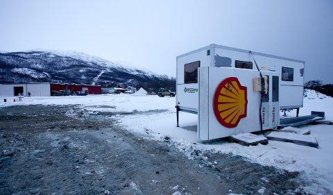 Her ligger skiltet til den nye ubemannede bensinstasjonen som skal bygges mellom E-6 og flyplassen i Sørkjosen. Frode Kjellmann håper driften kommer i gang allerede i desember.