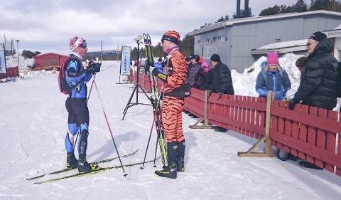 2. plass: Fjorårets 2. mann Daniel Strand i samtale med vinner Petter Eliassen i målområdet. Foto: Frank Robert Turi