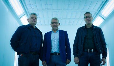 STORE SUMMER: Hans Krisiansen (Varanger Auto), Tormod Harila (HARILA AS) og Sten Håkon Aurheim Johnsen (Bilbyen Skadesenter) har investert store summer i det nye lokalet.