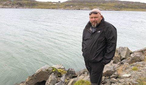 HER SKJEDDE DET: For 28 år siden kjørte Geir Kåre Henriksen utfor veien like før Akkarfjord. Bare flaks reddet livet hans. Begge foto: Trond Ivar Lunga