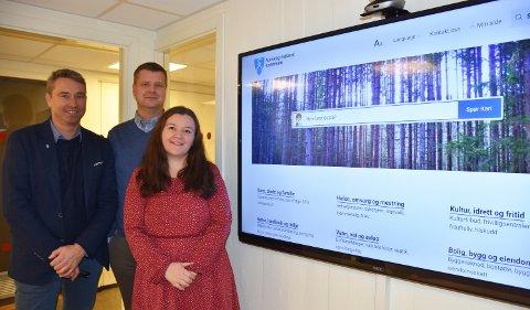 Raymond Hesthaug (t.v.), Erik Gangnæs og Alette Eldøy gleder seg over de nye nettsidene til nye Aurskog-Høland kommune. Foto: Trym Helbostad