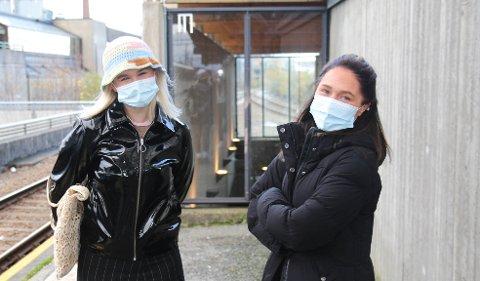 FORBEREDT: Emilie Tjensvoll og Marie Wetteland hadde på seg munnbind på togturen i dag.