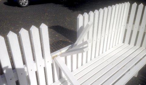 ØDELAGT: Bildet viser at sprosser i stakittgjerdet trolig er sparket i stykker. fOTO: TOM AMUNDSEN