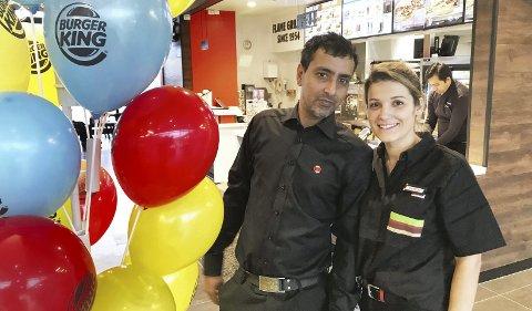 ÅPNET OVER E18: Franchisetaker Deepak Sharma og restaurantsjef Shpresa Kabashi har i starten 22 ansatte, men det planlegges en stab på mellom 30 og 35. – Fra juni er vi på topp, sier de.