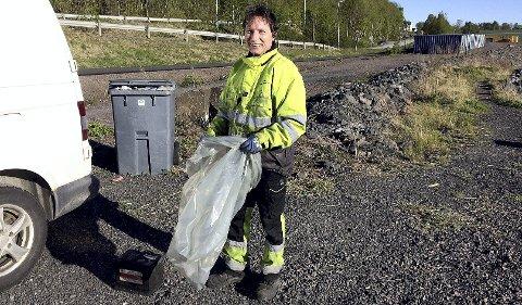 RYDDET IGJEN: Fiskeplassen sør for Felleskjøpet blir med jevne mellomrom griset til med alskens søppel. Andrzej Rychel er i gang med ryddejobben.  FOTO: LARS IVAR HORDNES