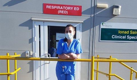 HEKTISK: Cintra Behan forteller at hun opplever hektiske dager på Midland Regional Hospital Mullingar i Irland. Her er hun utenfor akuttmottaket hun jobber ved.