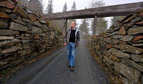 SIKKERHET: Odd Arne Helleberg vet mye om kulturminner i Gruveåsen, han er bekymret for sikkerhetsrisikoen de kan representere dersom det ikke gjøres tiltak.