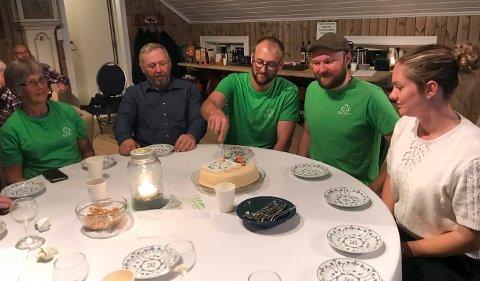 Aleksander Bjerke (i midten) kunne feire med kake sammen med partikollegene. Fra venstre: Anna Lia, Dag Fossen, Hans Olav Uverud Kalleberg og Trude Borgersen.