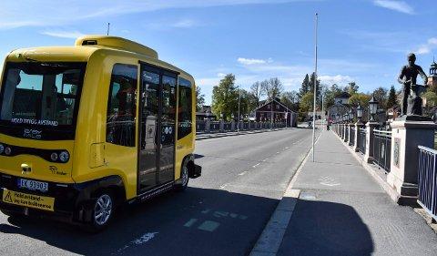 DEN GULE BUSSEN: Selvkjørende busser har vært et vanlig syn i Kongsbergs bybilde siden 2017. Nå stilles det spørsmål ved hele greia.