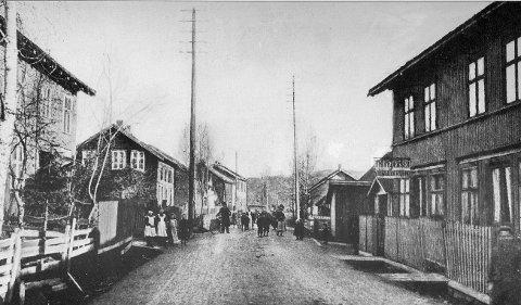 Lierstranda ca. 1910:  Til høyre ligger kolonialbutikken til Trine Pedersen. Til venstre skimtes kolonialbutikken til Karl Pettersen.  Foto: Lierkalenderen 1985, Lier Historielag