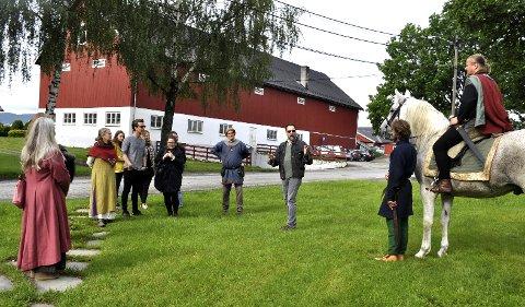 Europamester i lansedyst, Per Eisten Prøys-Røhjell kom ridende inn på Huseby. Kim Hjardar (i midten) forteller om historien til St. Hallvard og gravhaugene.