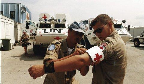 Pansret: Kåre fester armbind på en medsoldat foran et oppdrag med de pansra FN-ambulansene.