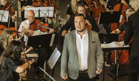 TALENT: Her er operasanger Emil Havold Næshagen solist under en konsert med Østfold Symfoniorkester i Jeløy kirke i 2014. Nå er han nominert til talentpris.