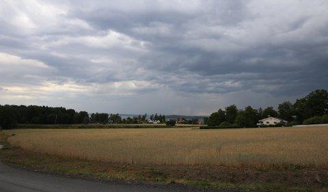 BYGER: Regn- og tordenværet kom inn over Østfold ved kveldstider i går.