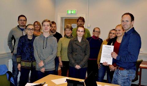 Fadderordning: Medlemmene i driftsutvalget i Sel har signert avtale med hver sin lærling.