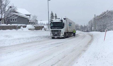 STO FAST: Denne traileren har stått fast i Langnesbakken. Klokke 08.50 kom den seg løs for egen maskin.