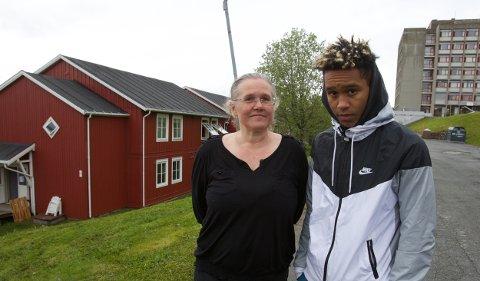 Anne Lise Karlsen og sønnen August bor i leiligheten som ligger nærmest den som brant. De slapp alt de hadde i hendene og løp ut da alarmen gikk. Foto: Ola Solvang.