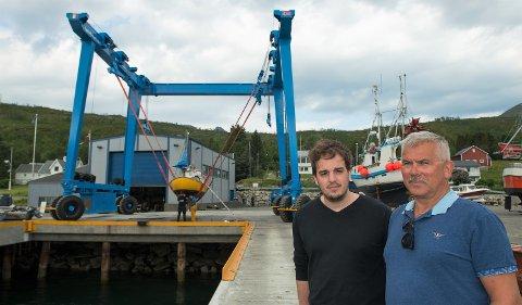 LØFT: Kranen som kan løfte hele 160 tonn har gitt Botnhamn Sveis et enormt løft i kundetall. Økonomiansvarlig Alexander Asbøl og daglig leder Ståle Richardsen ser fram mot nye inveseringer i form av en hall til båtene.