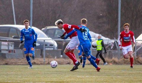 TAKLING: Her ser vi nummer 18 fra både Norild og Tromsø i en takling. Norildspilleren er Branko Darmanovic og Tromsøspilleren er Onni Johannes Simonpoika Valakari.