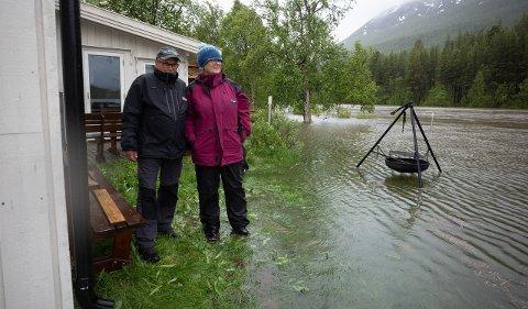 BEKYMRET: Den flomstore elva gikk ved 21-tida helt inn til husveggen på Vangen. Henry Vangen og Kirsti Moskodal er bekymret over at vannstanden bare fortsetter å stige. – Det har aldri vært så mye vann i de årene vi har bodd her.