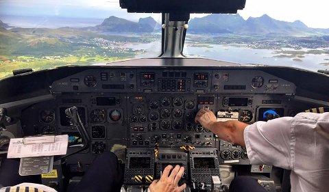 I cockpiten til et Widerøe fly. In the cockpit of a Widerøe aircraft.