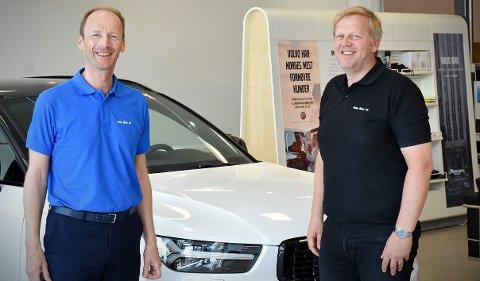 Otto Moe (til venstre) og Gisle Langli selger biler i en av Trøndelags tynnest befolkede regioner. Likevel er Otto Moe AS blant fylkets største bilforhandlere.