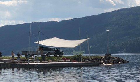 TAK OVER HODET: Med seilet på plass slipper artistene å få sola, i verste fall regnet, i hodet.