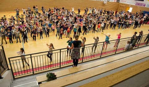 SANG OG DANS: Alle elevene og de ansatte ved skolen danset og sang for rektor Marit Rismyhr. (Foto: Kari Kløvstad)