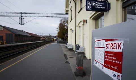 Streik fører til at togene vil stå i ro i to timer til torsdag. Det vil også føre til forsinkelser resten av ettermiddagen.