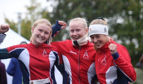 FØRSTE GANG: Mina Schjerven (til venstre), Eline Schjerven og Kristin Melby Jacobsen sørget for at Lardal endelig var reprentert i jenteklassa på junior-NM-stafetten og for et utrolig godt resultat det ble med sjuendeplass.