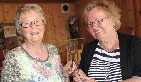 SUKKERTANGA: Erla Inger Rundberget, til venstre, overrakte sukkertanga til Linda Ramsli Poissant.