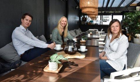 AS ELLER ENK: Erlend Øverby Sund på kafé med Anette Berger (i midten) og Catrina White.