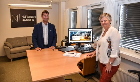 I NY JOBB: Inger Lise Hofstad Ruud er Næringsbankens siste nyansettele. Tore Halvorsen er glad for å ha fått den erfarne bankkvinnen med på laget.