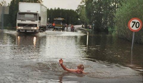 JUNI 1995: Andreas Schøyen benyttet sjansen til å svømme på riksvei 2, som delvis sto under vann noen dager for 25 år siden.