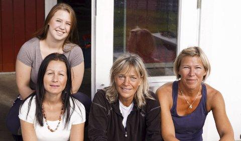De fleste er flinke: Nadia Haugen Olaussen, Kamilla Omsted, Sophie Nyrerød og Therese Rålland koser seg sammen med hestene på Kjønnerød gård, og sier at de fleste er flinke, men er skremt over hvordan noen folk oppfører seg i trafikken.Foto: Richard Sundby