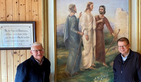 Norvald Fuglestrand (t.v.) og Harald Hammer Kaasa foran maleriet Emmausvandrerne.