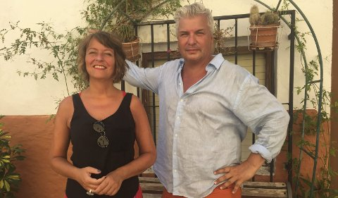 Paret bak Litteraturgarasjen, Astrid Borchgrevink Lund og Per Erik Andersen er i en liten by utenfor Alicante for å finpusse og forberede programmet til årets Bjørg Vik-dager i Porsgrunn.
